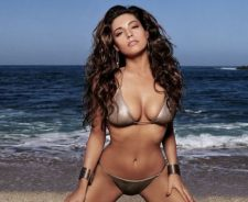 Kelly Brook In Hot Bikini With Sea