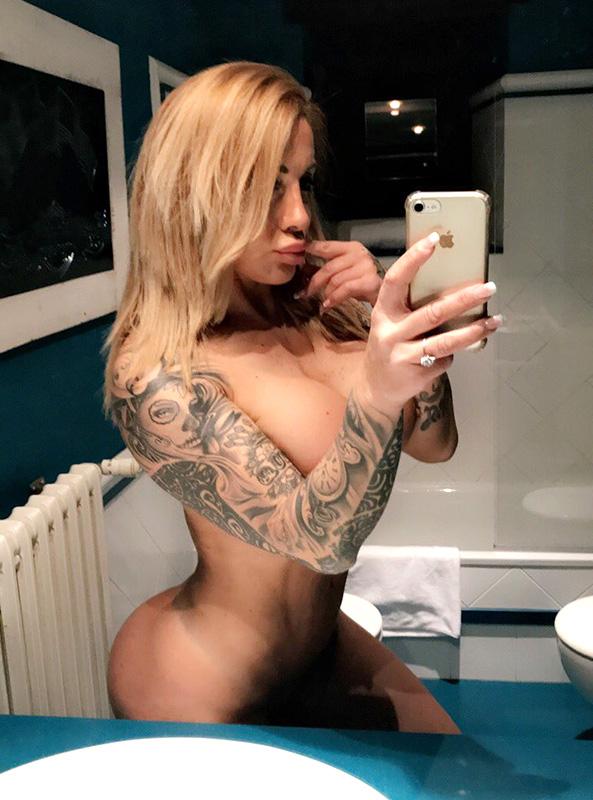 Victoria Lomba nude selfie