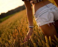 tuve8 Summer Girl Shorts Manicure Field Sunset